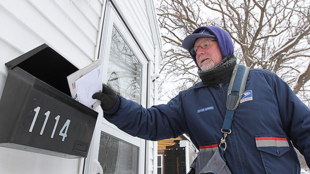 DL NEWSPAPERS/Brian Basham||http://www.dl-online.com/news/2031938-mailman-carries-despite-cold